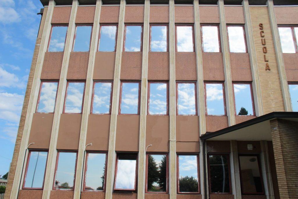Fachada de instituto con láminas solarcheck instaladas